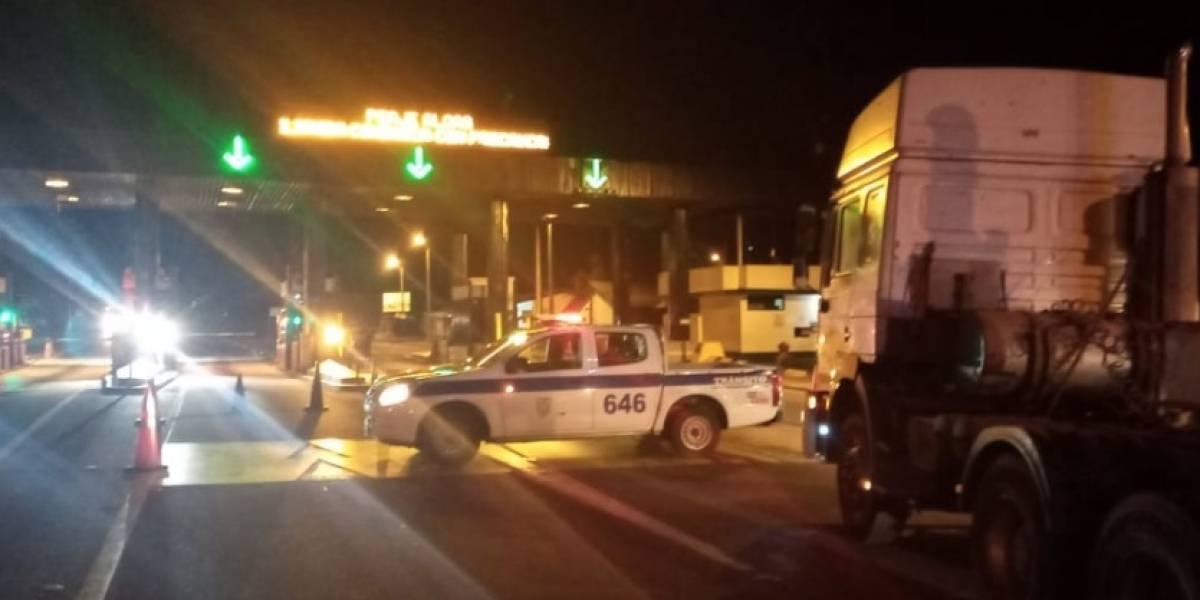 La vía Alóag-Santo Domingo está cerrada por deslizamiento de tierra