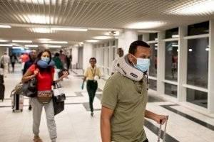 Un pasajero usa una máscara después de un brote del Coronavirus en China