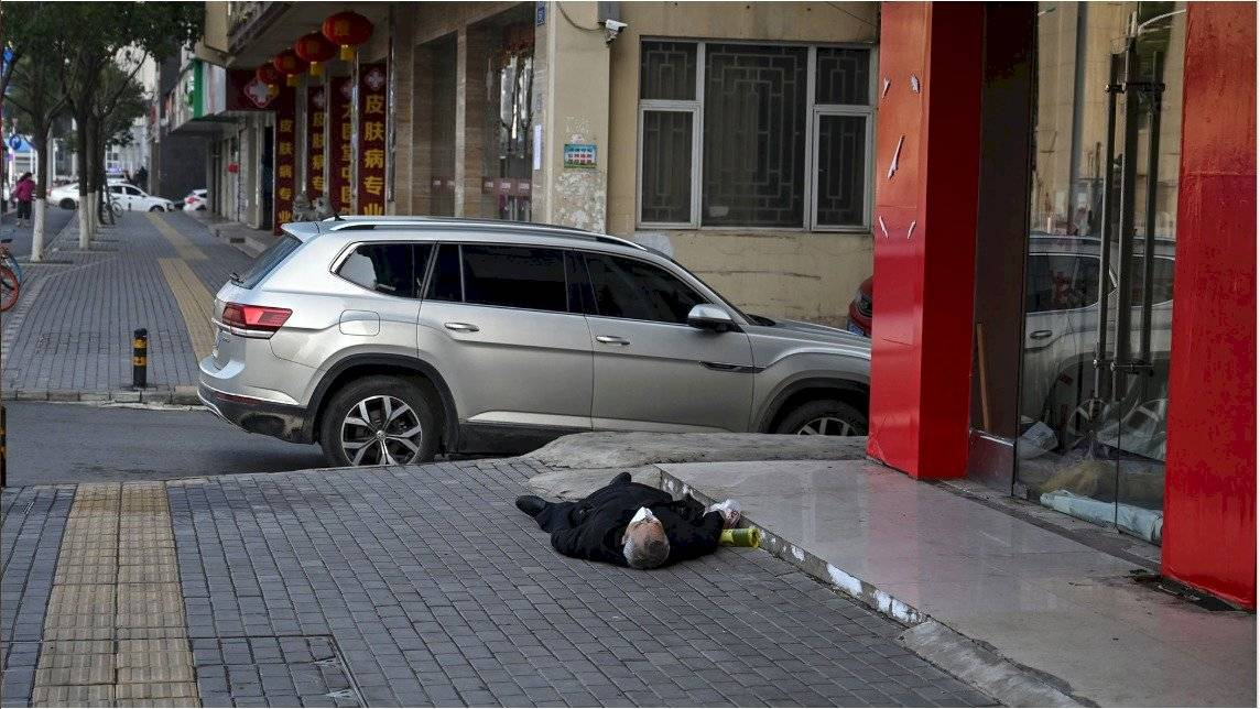 Hombre falleció en plena calle por padecer coronavirus