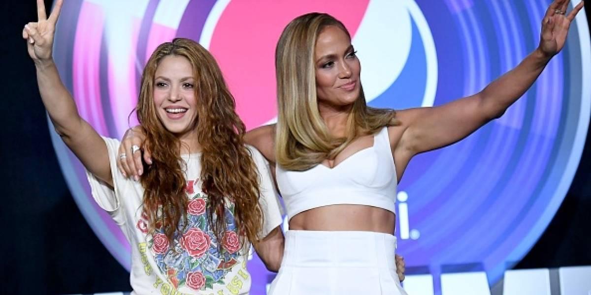 """Los memes que dejaron los """"extraños"""" outfis de Shakira y Jennifer Lopez"""