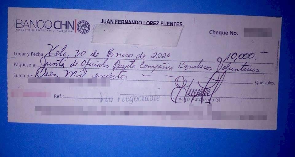 Alcalde Juan Francisco López Fuentes hace donativo a los Bomberos Voluntarios.