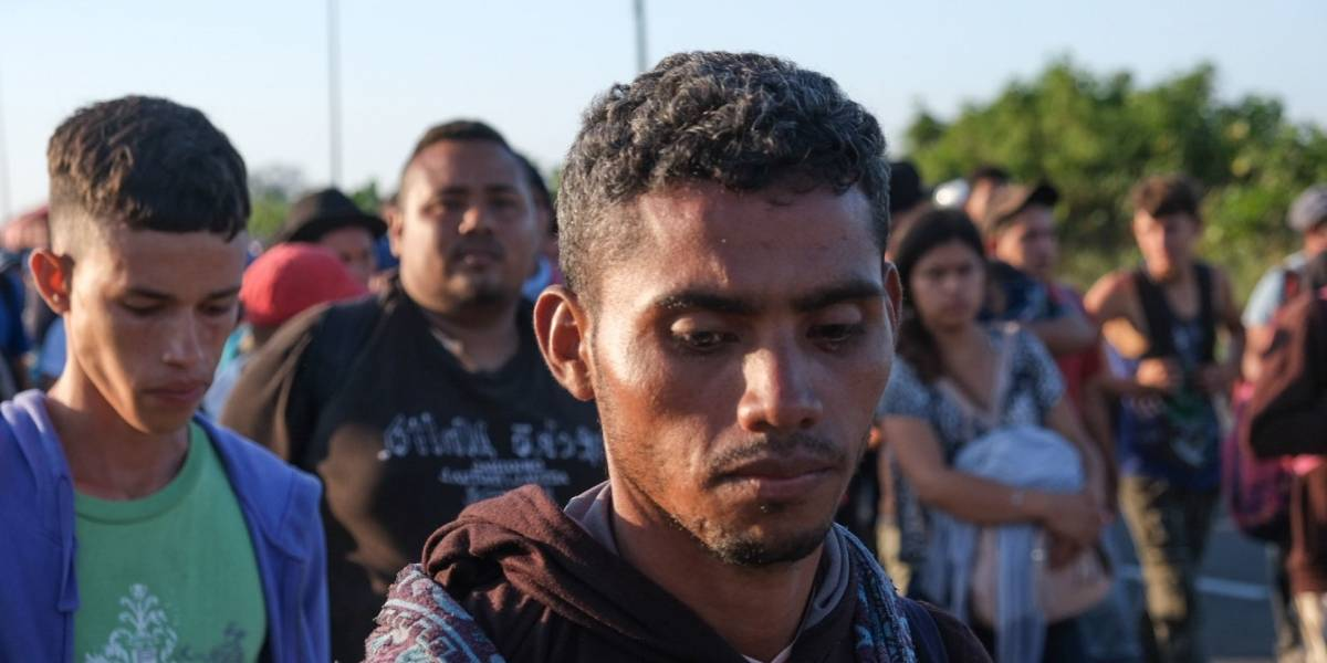 Nueva caravana con migrantes hondureños cruza a Guatemala rumbo a EU