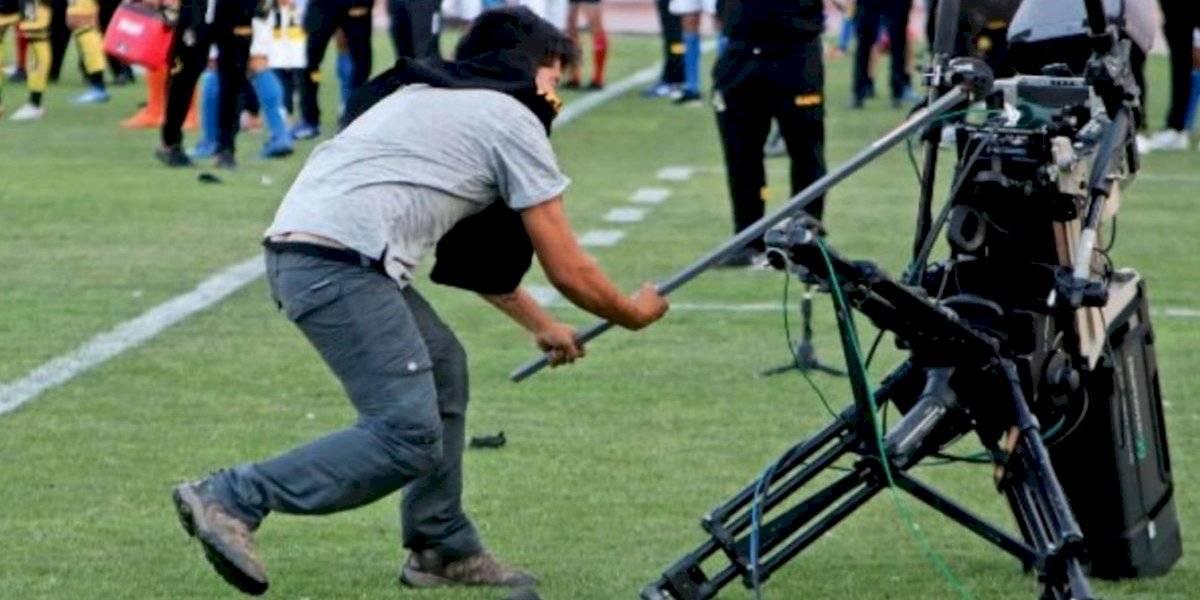 VIDEO: Suspenden partido de futbol; hombre destruye el VAR