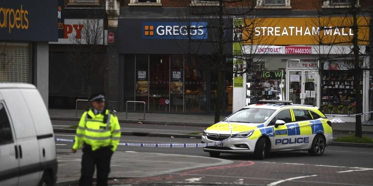 """Policía británica abate a sujeto tras """"incidente terrorista"""" en Londres"""