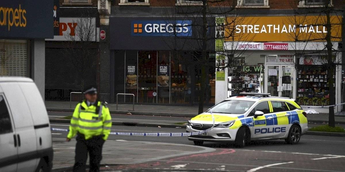 Policía británica mata atacante que apuñaló a dos personas