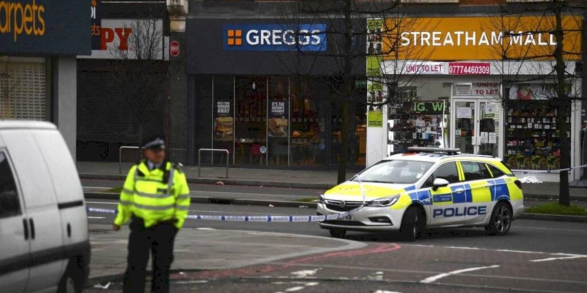 Atentado en Londres: policía británica mató al individuo que apuñaló a dos personas en ataque vinculado al terrorismo