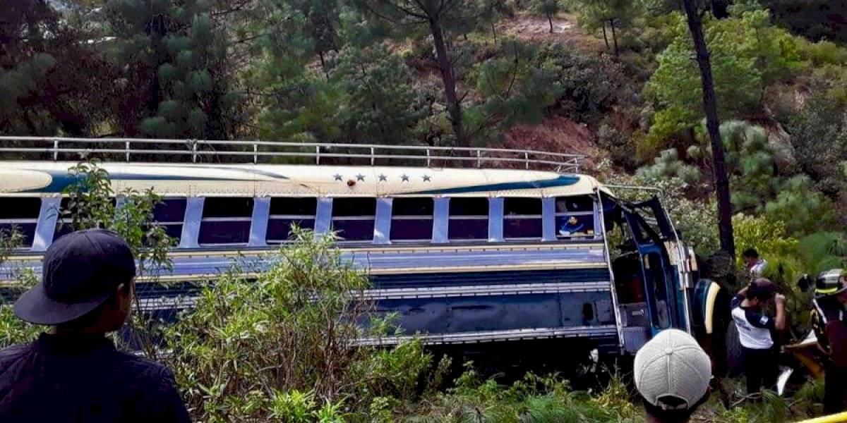 Bus extraurbano cae en barranco en Totonicapán; piloto pierde la vida