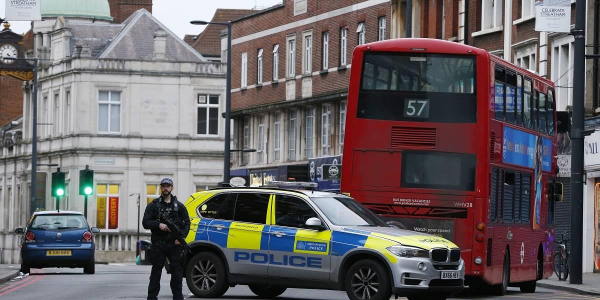 Homem é morto após esfaquear três pessoas em Londres