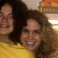 Hija de Lucero luce fantástica en blazer con estampado multicolor y flecos dorados