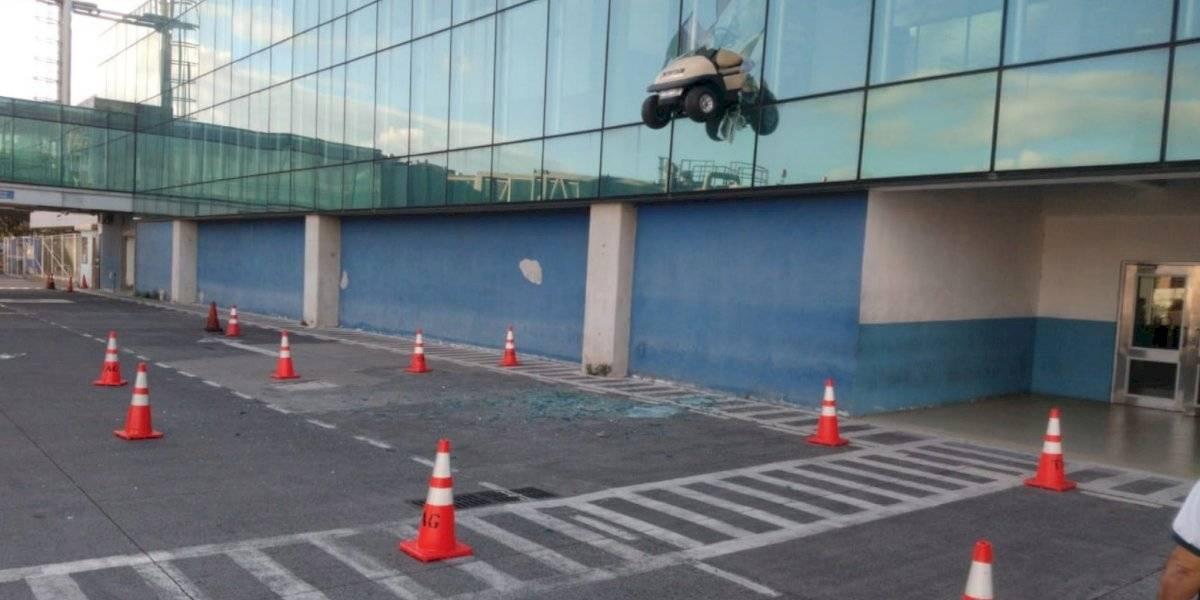 Conductor protagonizó inusual accidente dentro de aeropuerto La Aurora