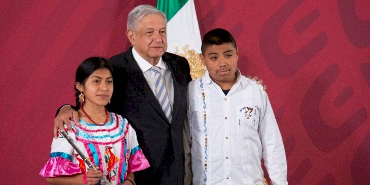 López Obrador entrega instrumentos a bandas musicales de Oaxaca