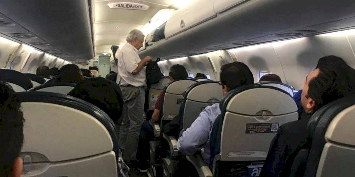 Pasajero que bajó del avión donde viajaba AMLO rompe el silencio