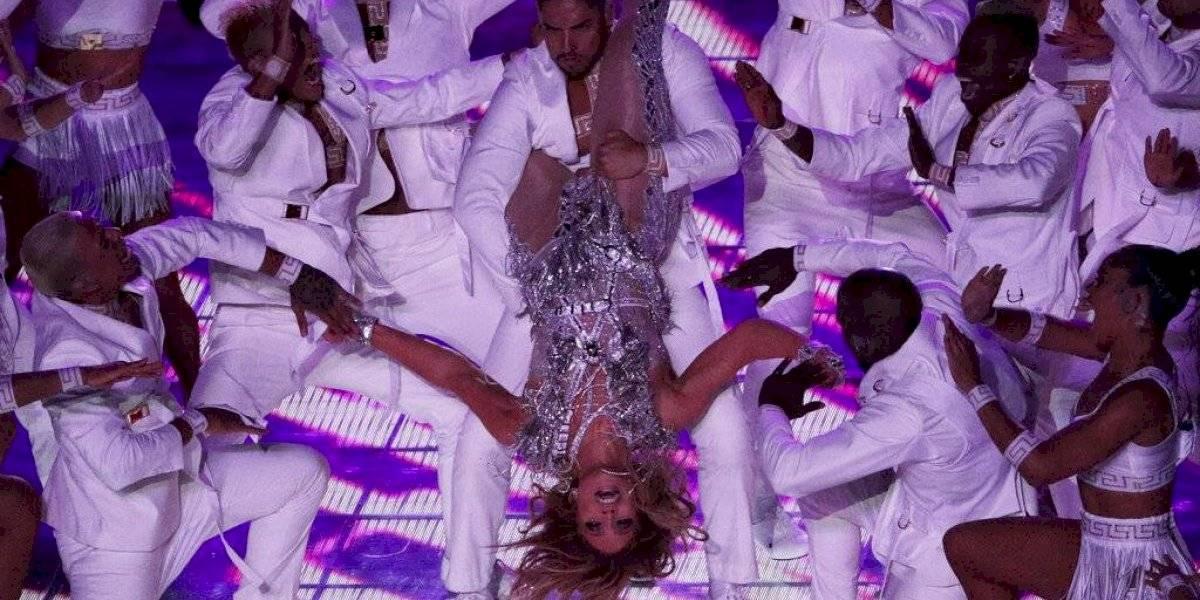 """Animalistas destrozaron a Jennifer Lopez por mostrar una bandera """"emplumada"""" al culminar su show en el Super Bowl"""