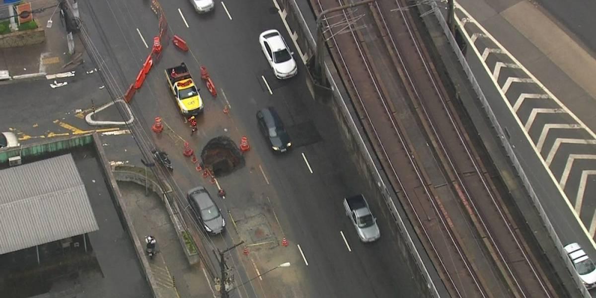 Cratera se abre na avenida João Dias e congestiona trânsito na zona sul de SP