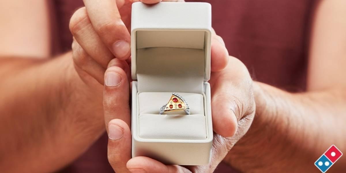 """Hasta que la piña los separe: Domino's Australia regalará anillo de compromiso con forma de pizza para que hagas la """"gran"""" pregunta"""
