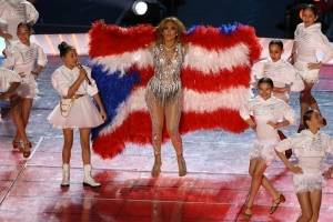 """Ecologistas destrozan a Jennifer Lopez por la bandera """"emplumada"""" del Super Bowl"""