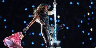 Jennifer Lopez por poco se cae durante el show del Super Bowl 2020