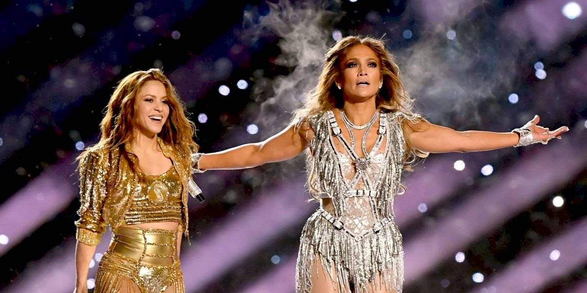Jennifer Lopez da nalgada a Shakira en pleno show del Super Bowl LIV