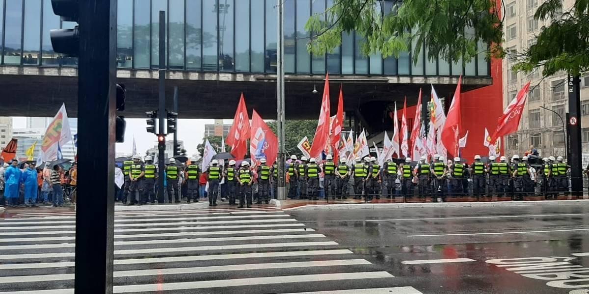 Manifestação contra governo Bolsonaro ocupa pista da avenida Paulista