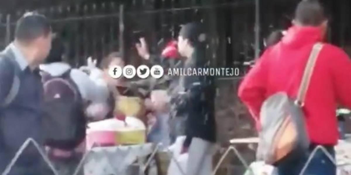 VIDEO. Vendedores ambulantes protagonizan pelea frente al Obelisco