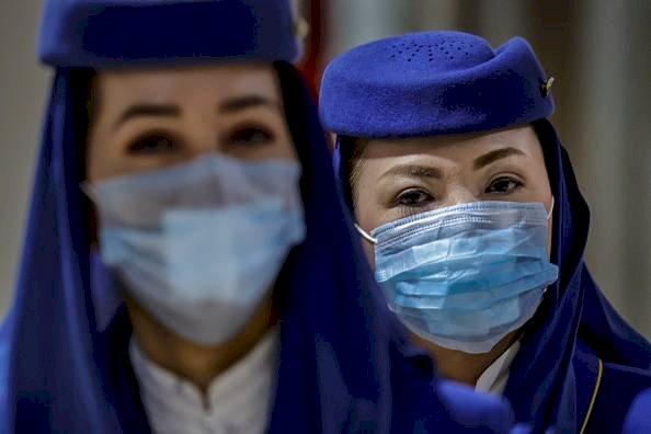 Los asistentes de vuelo son vistos usando máscaras faciales, a medida que crece el temor público sobre el coronavirus Wuhan de China Getty Images