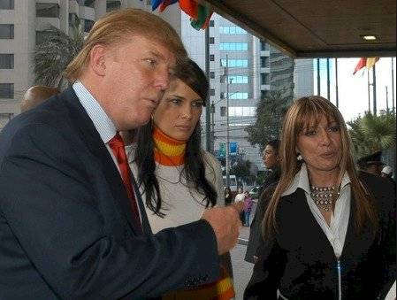 Baki en el 2004 junto a Donald Trump, en el Miss Universo Internet