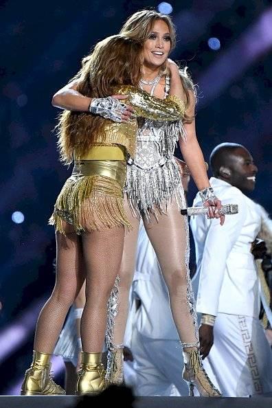 Abrazo de Shakira y Jennifer Lopez / Getty