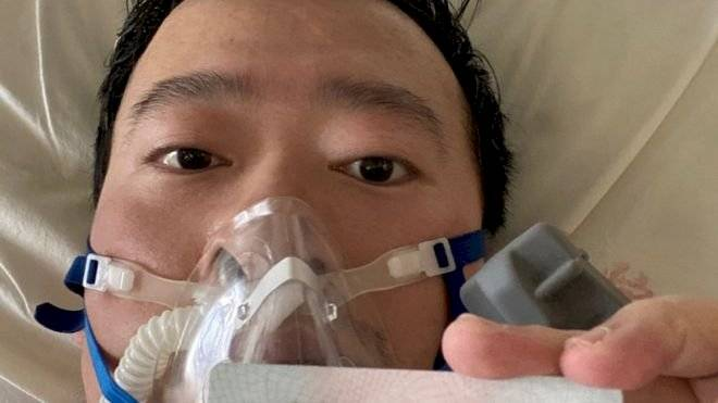 Li Wenliang publicó en las redes sociales una foto suya desde su cama en el hospital el 31 de enero Weibo