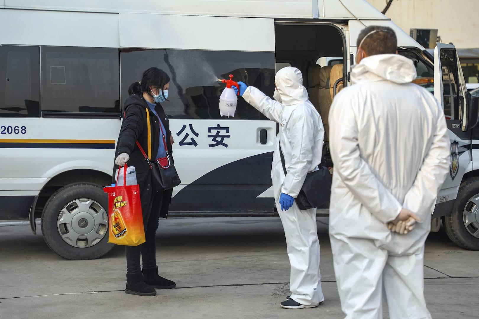 En Wuhan se estaba trasladando a los pacientes a un nuevo hospital demil camas con el que las autoridades esperaban mejorar el aislamiento para combatir la expansión del virus.