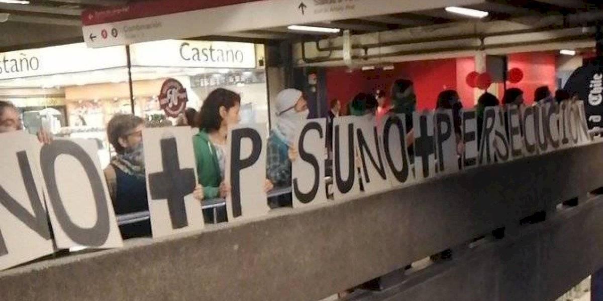 """""""No están educando, están segregando"""": protestas contra la PSU se toman Metro de Santiago exigiendo """"ingreso de emergencia"""""""