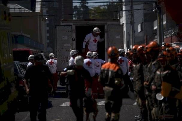 Elementos de la Cruz Roja Guatemalteca y soldados del Ejército de Guatemala en el simulacro de terremoto. Foto: Edwin Bercián