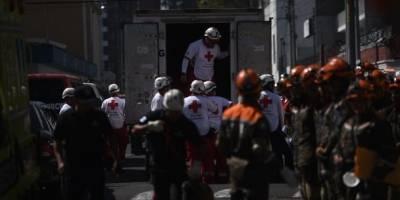Elementos de la Cruz Roja Guatemalteca y soldados del Ejército de Guatemala en el simulacro de terremoto.
