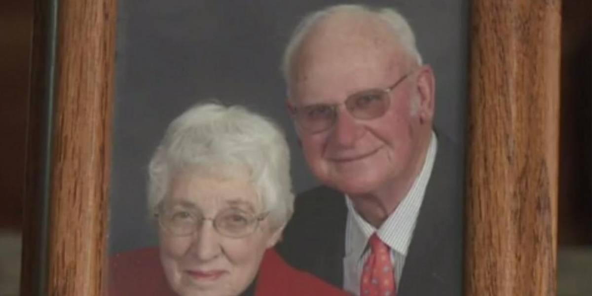 Pareja de abuelos muere tomada de la mano el mismo día en su casa