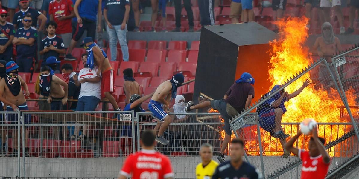 El fuego, el lanzamiento de butacas y las barricadas empañaron el debut copero de la U en el Nacional
