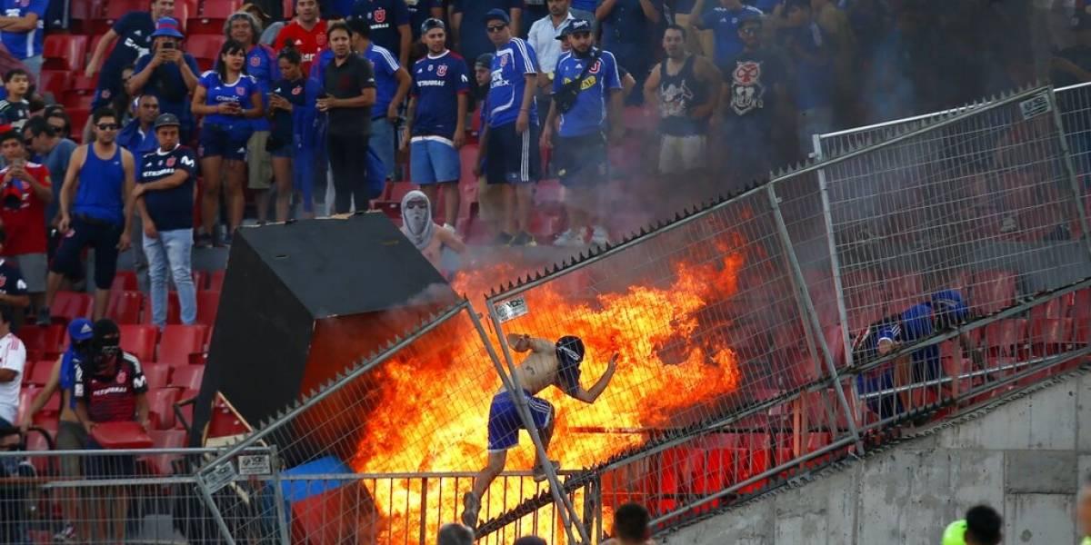 Aficionados de la U de Chile provocan incendio en la Copa Libertadores