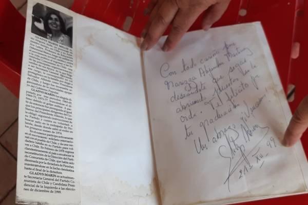 Dedicatoria de Gladys Marín a Marizza Martínez.