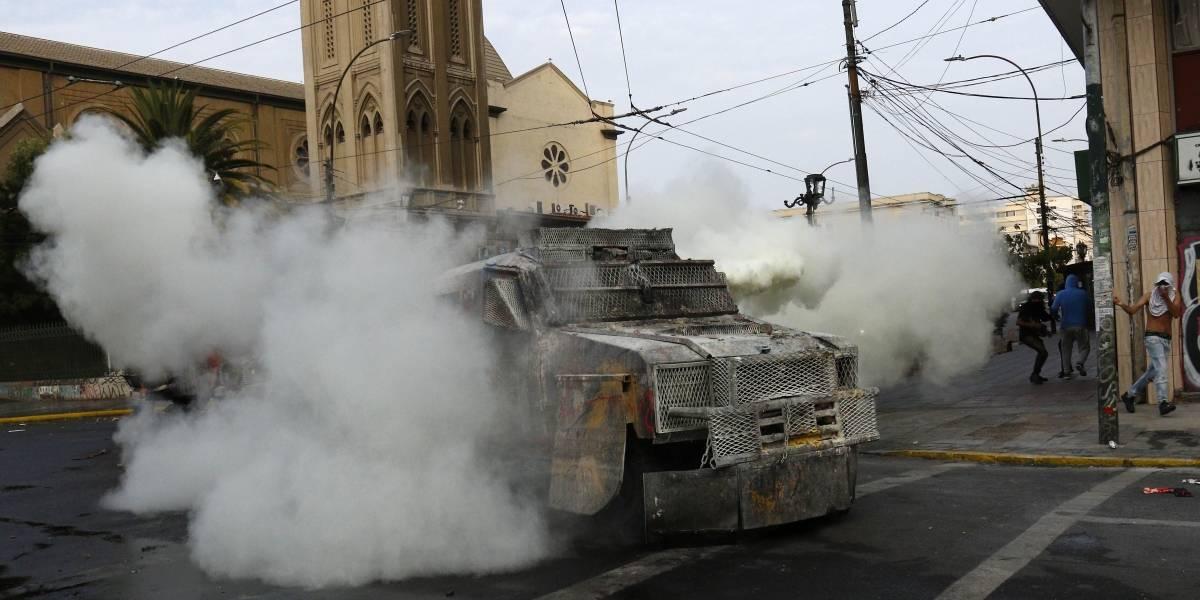 """""""Evitando utilizarlo en manifestaciones de carácter pacífico"""": Corte de Valparaíso autoriza a Carabineros usar balines y gases disuasivos"""