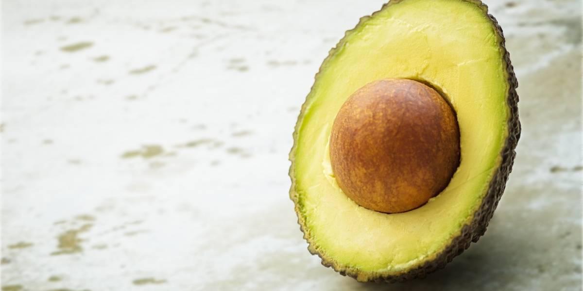 Máscara caseira de abacate para um cabelo com brilho