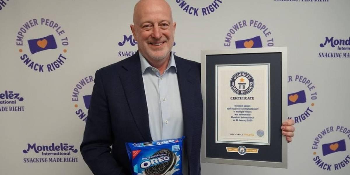 Ganan récord Guinness por remojar galletas Oreo