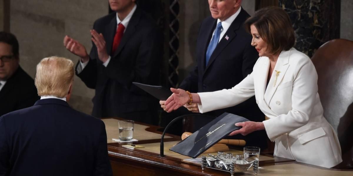 VIDEOS. Trump ignora saludo de Pelosi y ella después rompe copia de su discurso