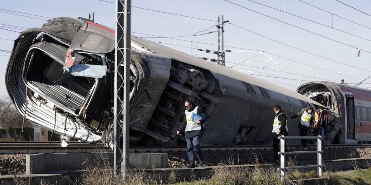 Tren de alta velocidad descarrila en Italia, al menos 2 muertos