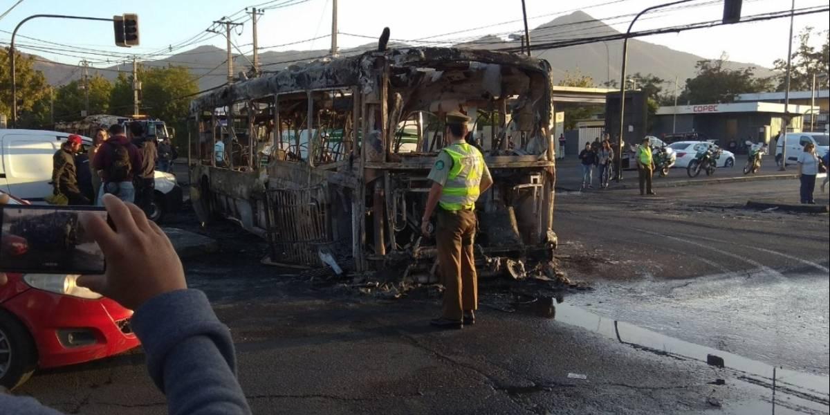 Congestión en Recoleta luego que desconocidos atacaran e incendiaran tres buses del Transantiago durante la madrugada