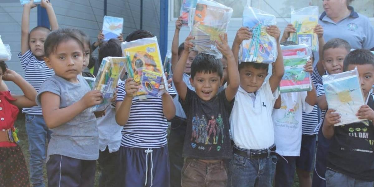 Niños de escuelas damnificadas por erupción de volcán de Fuego reciben Cuadernos con Corazón