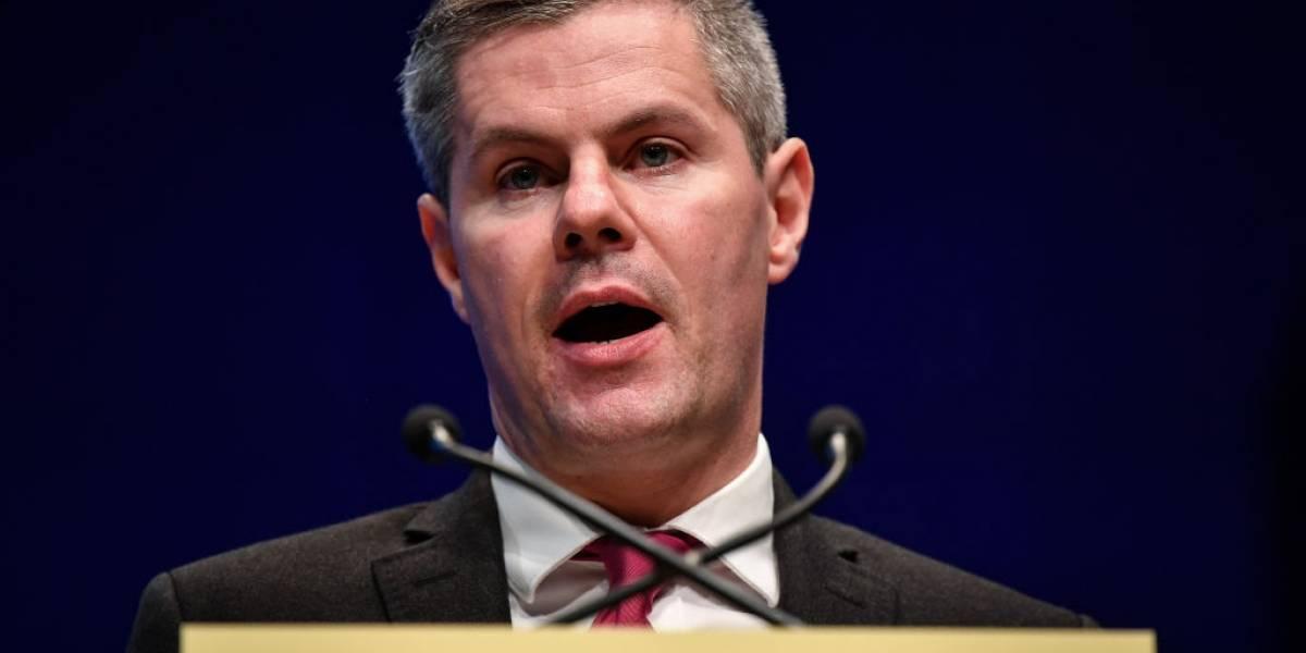 Renuncia ministro de Finanzas de Escocia por acosar a joven de 16 años