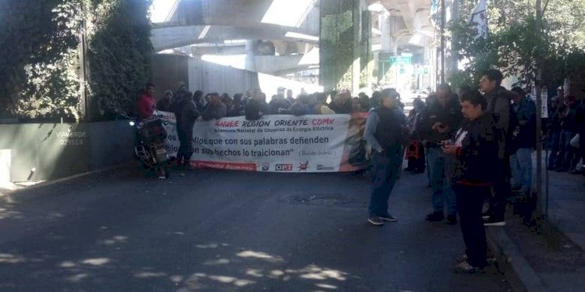Manifestantes bloquean lateral de Periférico Sur; alternativas viales