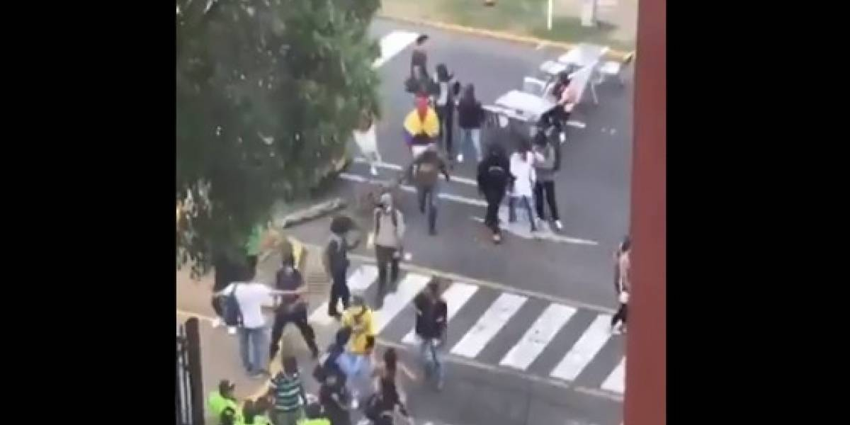(VIDEO) Encapuchados bloquean importante vía en Cali