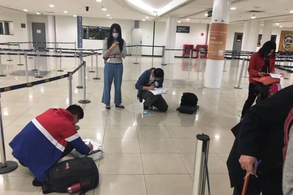 Pasajeros chinos en el aeropuerto SCL.