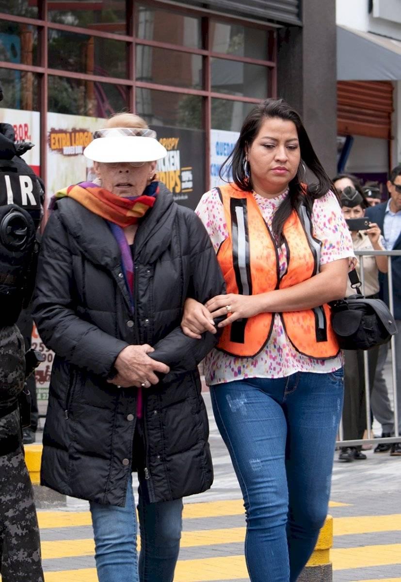 La testigo con la agente de Fiscalía llegan al lugar del asalto Oscar Ayo