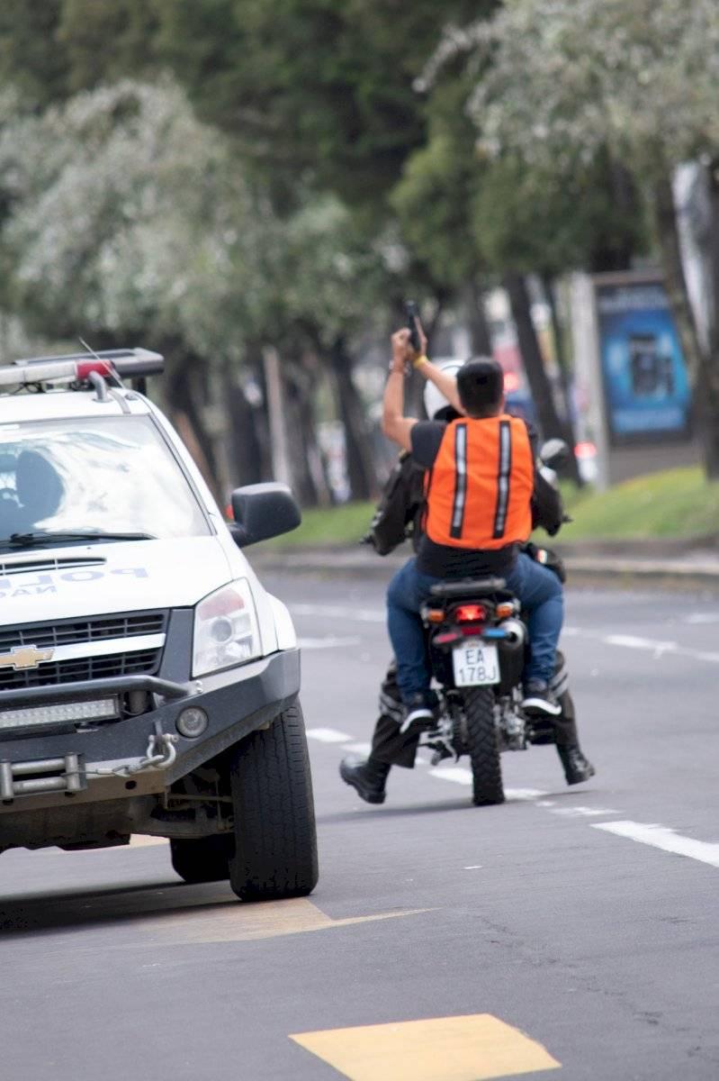 El sospechoso huye en contravía hacia la calle Japón Oscar Ayo