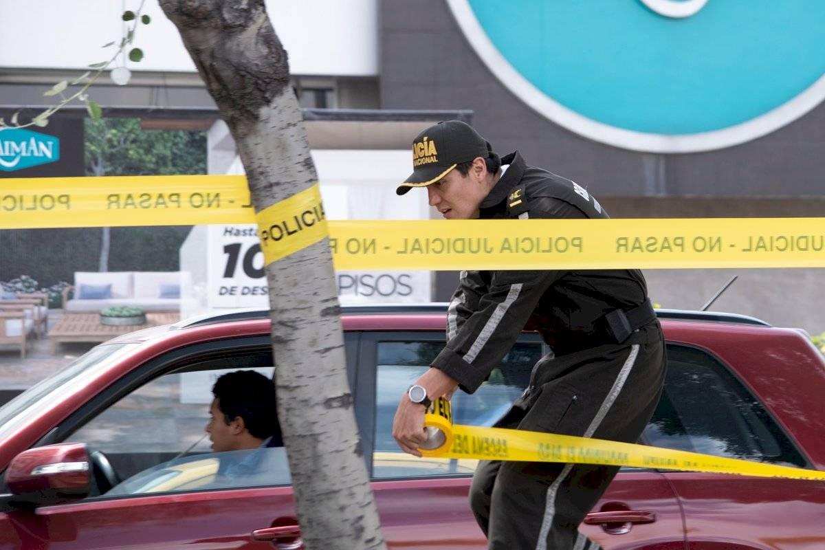 Agentes de Criminalística cercando el perímetro de la avenida Amazonas y Naciones Unidad sentido sur -norte Oscar Ayo